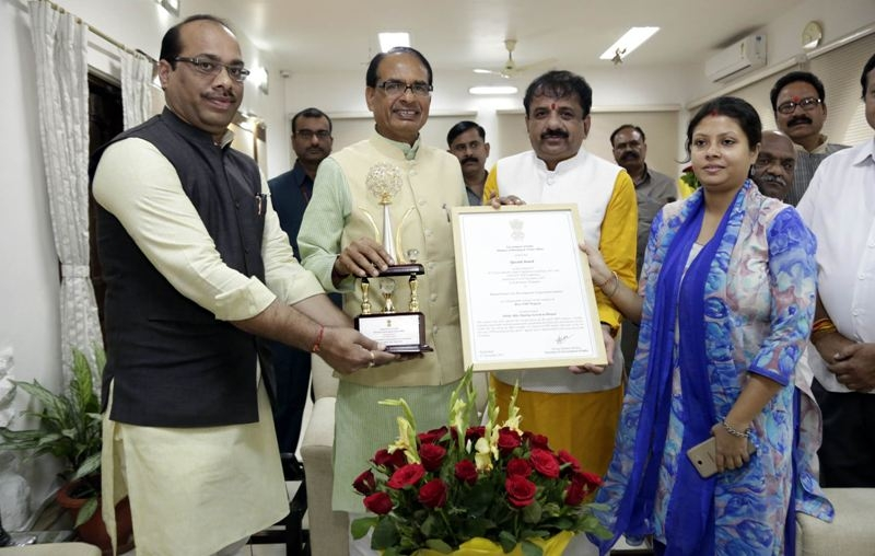 Mayor hands over award received by BMC to CM Chouhan