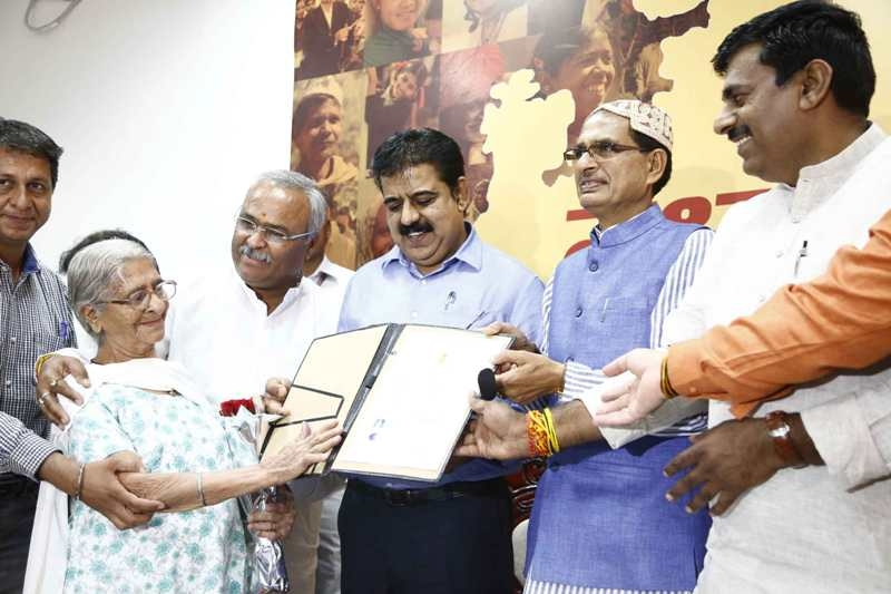 CM Chouhan gives citizenship certificate to 28 persons of Sindhi Samaj
