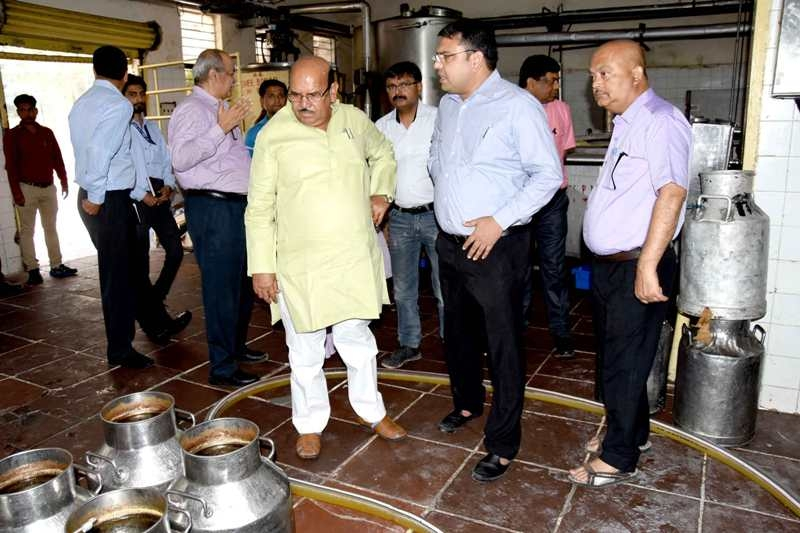 Surprise inspection of Bhopal Dugdha Sangh byAnimal Husbandry Minister Arya