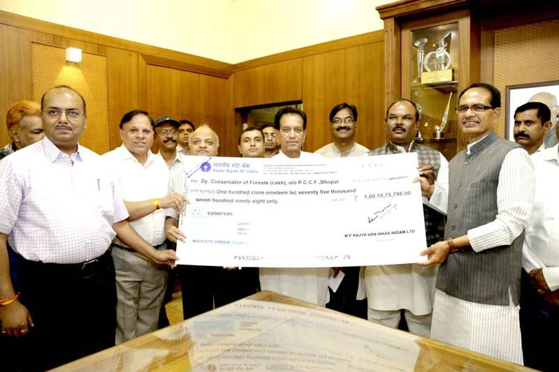 Dividend cheque of Forest Development Corporation given to CM Chouhan