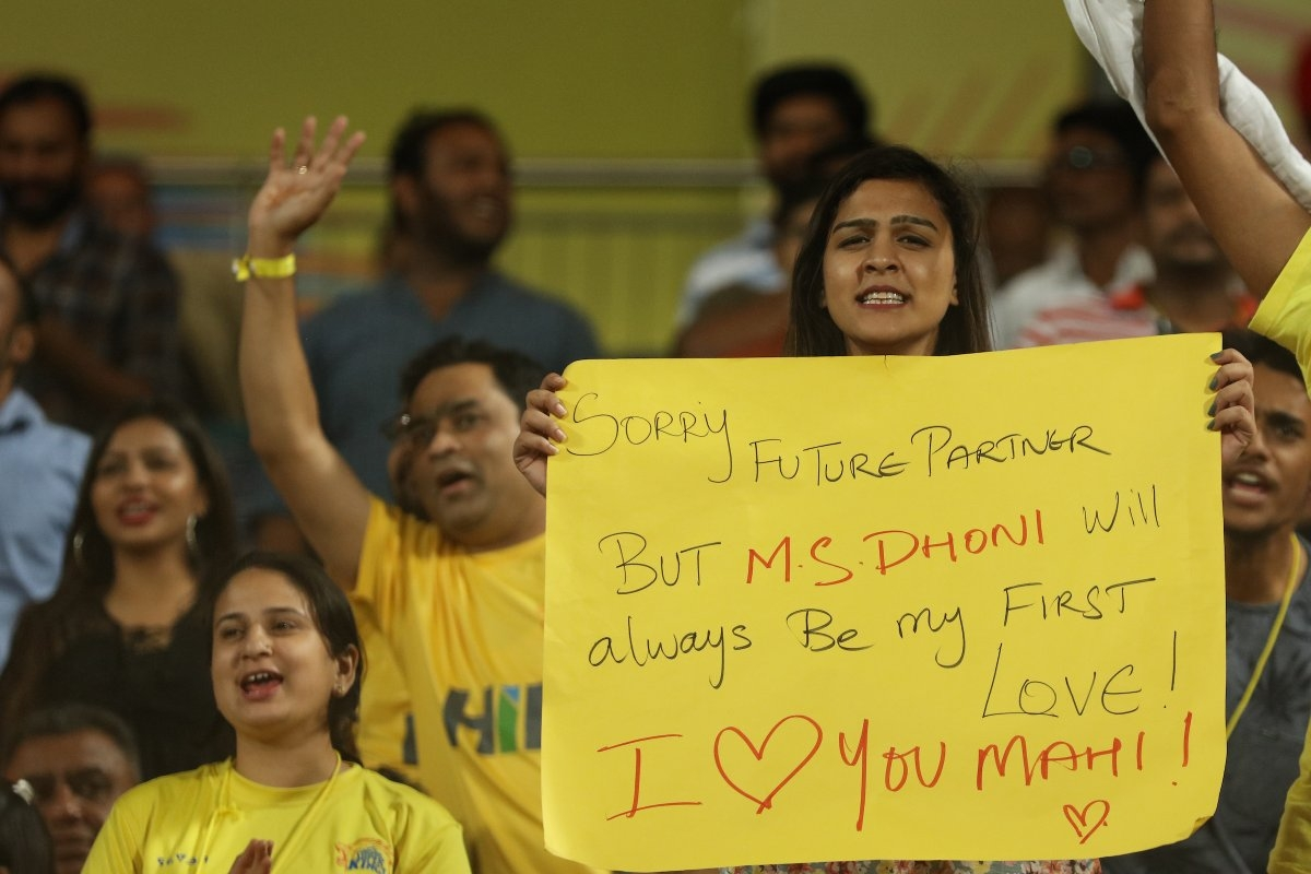 A female fan expresses her love for Dhoni in a live match