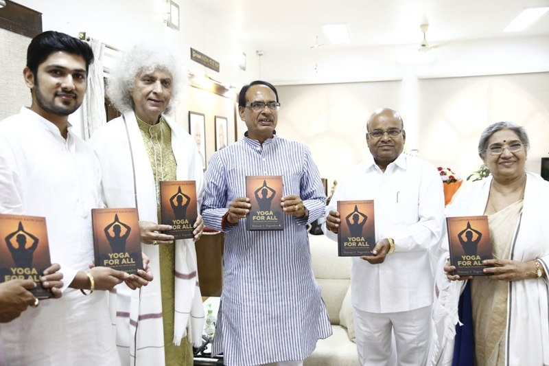 Santoor maestro Sharma and Yoga Guru Smt. Hansa meet CM Chouhan