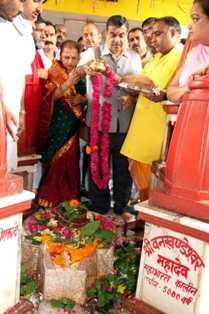 Union Minister Gadkari performs pooja at Maa Pitambara Peeth