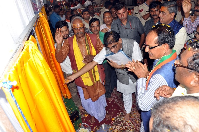 Chief Minister performs bhoomi poojan of development works at Shehpura and Samnapur