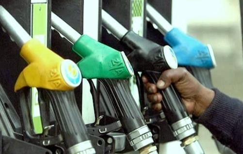 पडोसी देशों की तुलना में भारत में काफ़ी महंगा है पेट्रोल