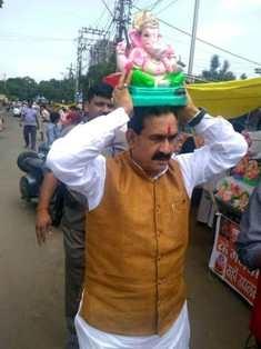 PR Minister Dr. Mishra installs Shri Ganesh's clay idol