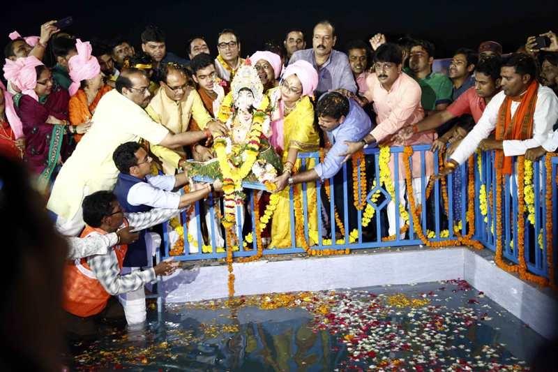 CM Chouhan immerses Lord Ganesha's idol at Prempura Ghat