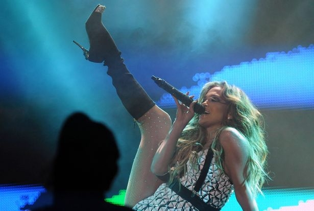 Jennifer Lopez falls on stage and stands up like a professional