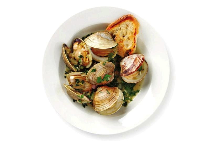 Classic steamed clams with parsley