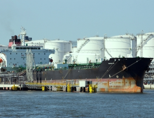 Crude oil price declines in domestic futures market