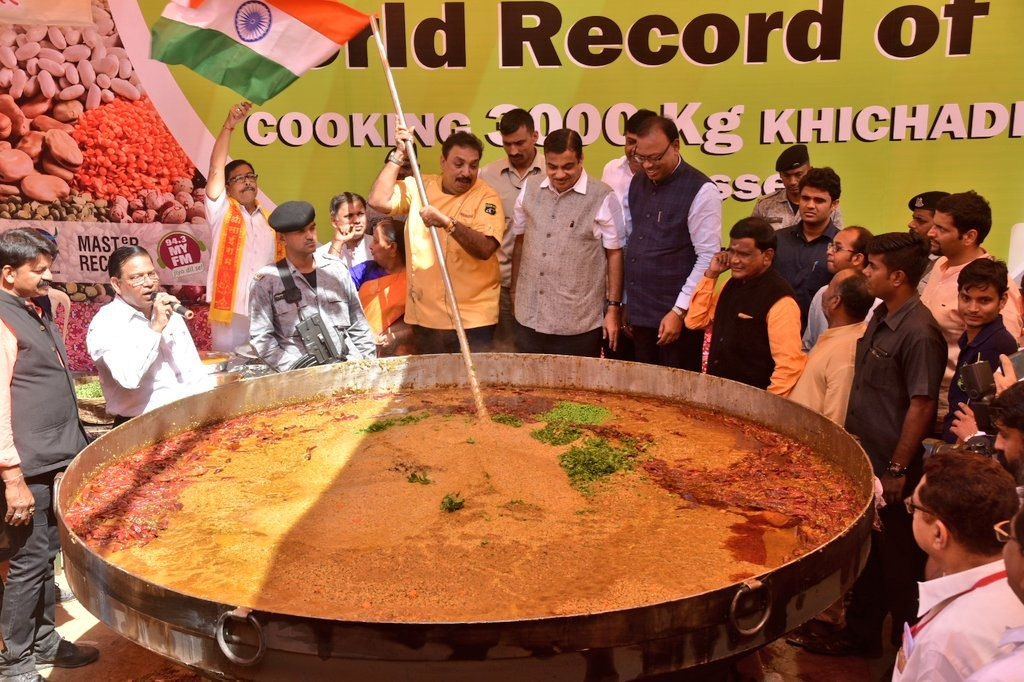Indian chef creates world record by creating a 3000 kilo pot of khichdi.