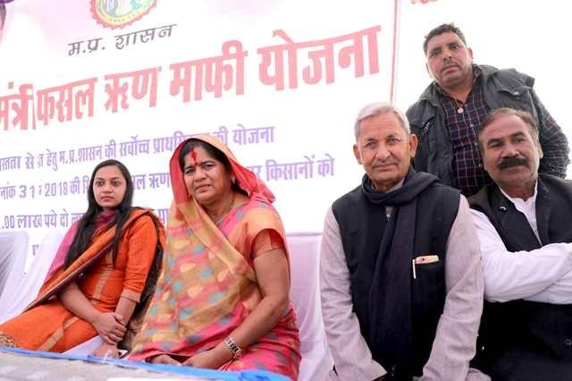 Farmers fill application forms under Minister Imarti Devi's guidance