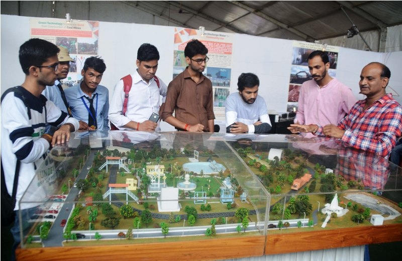 Visitors and collage students witnesses India's scientific progress at Bhopal Vigyan Mela