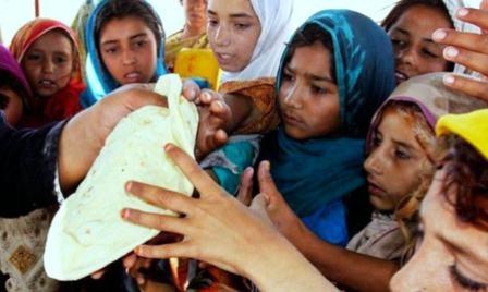 रोटी के लिए तरसती पाकिस्तान की ग़रीब जनता