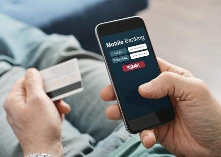 कहीं आप तो नहीं करते बैंक सम्बन्धित काम के लिए मोबाइल फ़ोन में 'यह' ग़लतियां