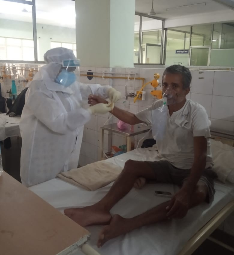 पीपुल्स हॉस्पिटल भानपुर के डॉक्टर्स ने COVID-19 मरीज़ों को राखी बांधकर पेश की मानवता की मिसाल