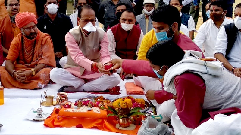 CM Shri Chouhan performs gau-pujan for the state and global welfare