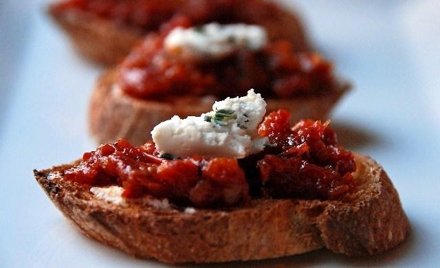 Sun-dried tomato crostini
