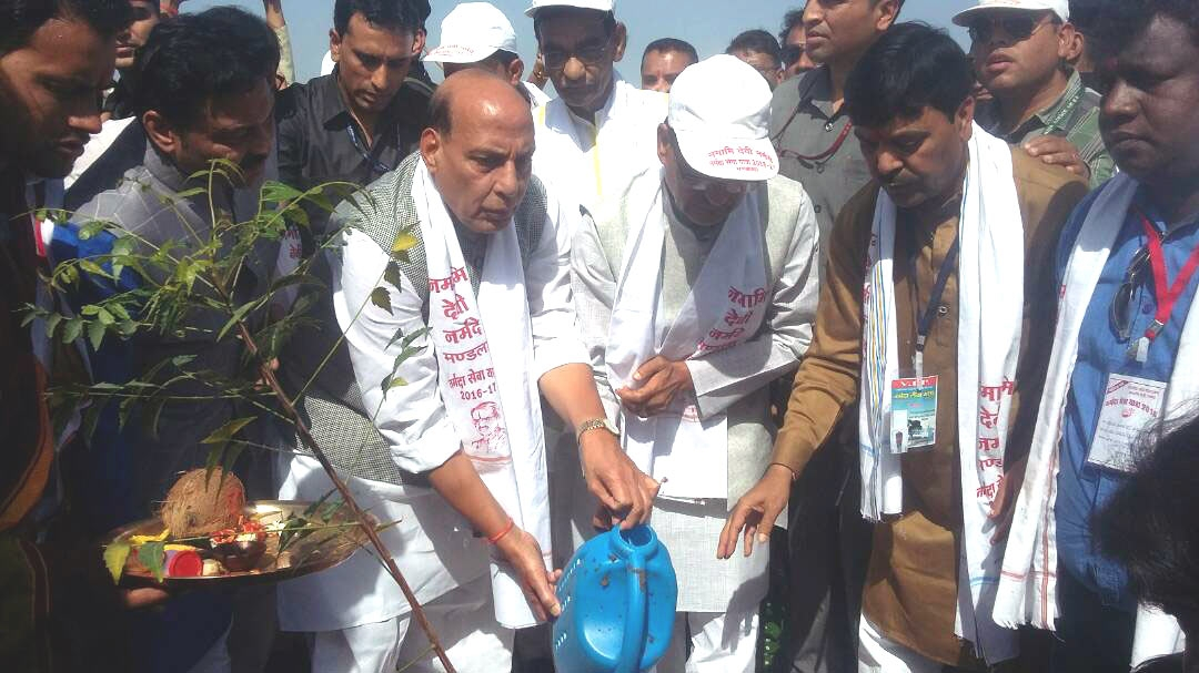 Home Minister Rajnath Singh and Chief Minister Chouhan plant 'Trigundi' in Mandla