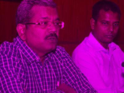 Agra Divisional Commissioner picks up broom