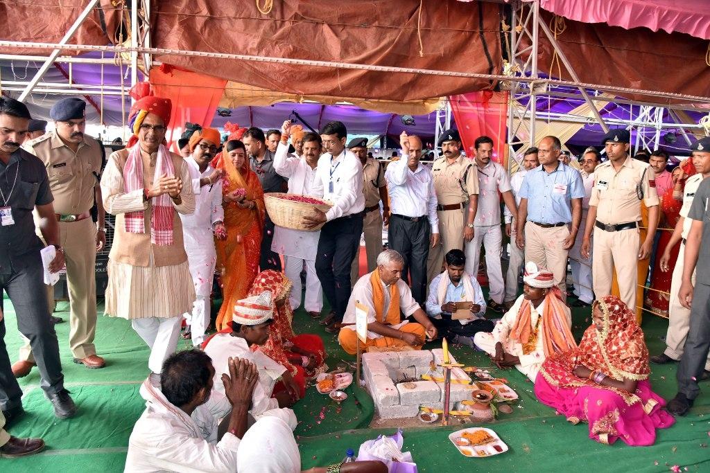 Marriage 'Mahakumbh' of 2400 Poor Girls is Amazing and Inspirational
