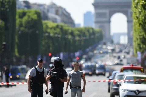 Car crashes into police van in Paris  Champs Elyses, driver dies (Lead)