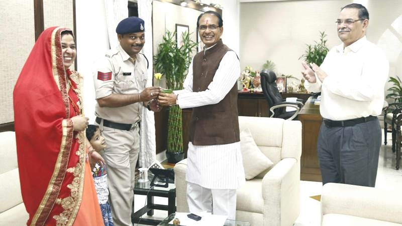 CM Chouhan awards Rs 50,000 to Head Constable